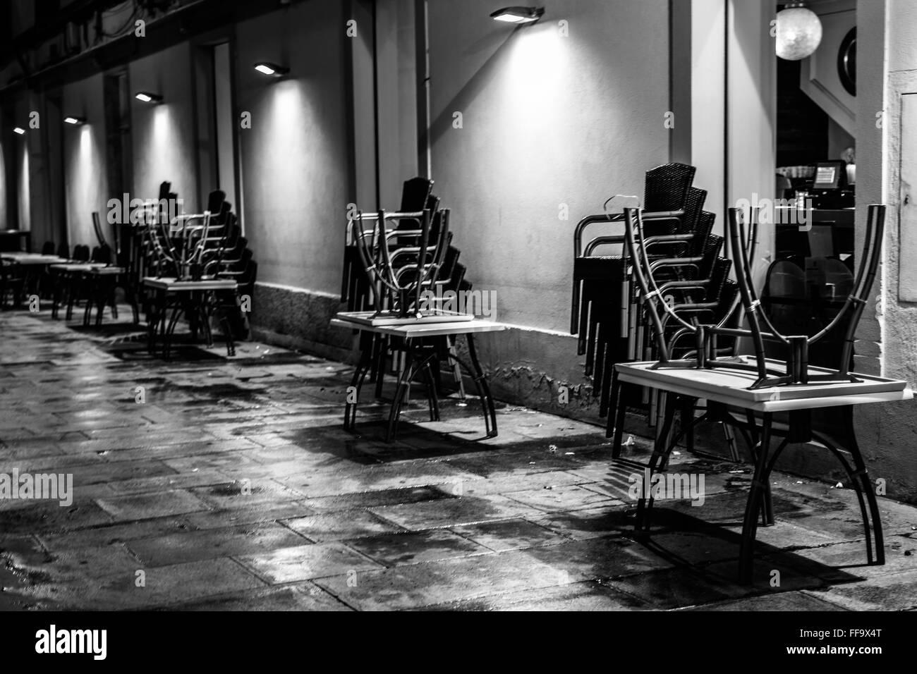Avis de Café Bar Tables et chaises à l'extérieur du bâtiment Banque D'Images