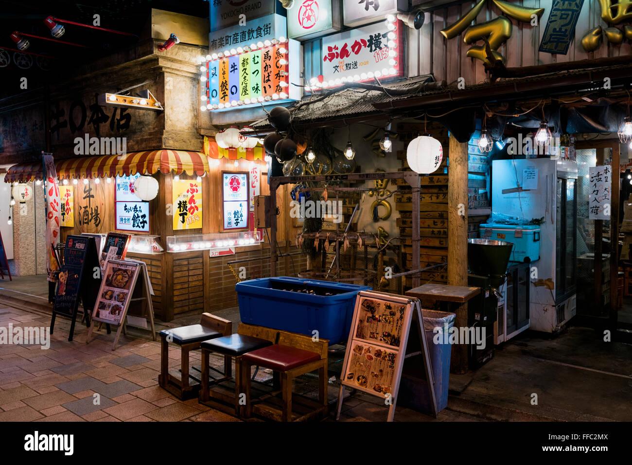 Tokyo, Japon - 21 janvier 2016: Les restaurants japonais à la ruelle de Yakitori Yurakucho sous les voies Photo Stock