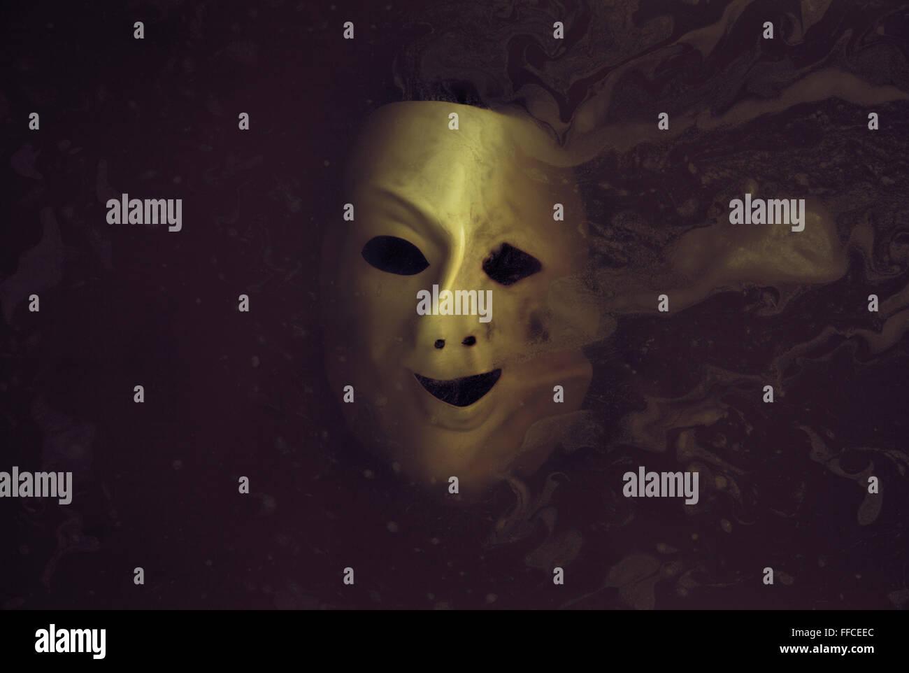 Masque effrayant déformés dans l'eau sombre Photo Stock