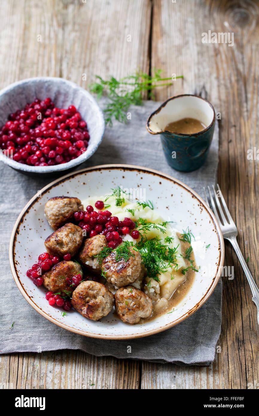 Swedish meatballs with mash de pommes de terre et les airelles Photo Stock