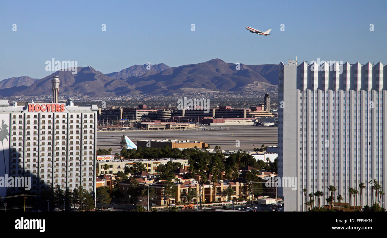 Un avion qui décolle de l'aéroport international McCarran, Las Vegas, Nevada, USA Photo Stock
