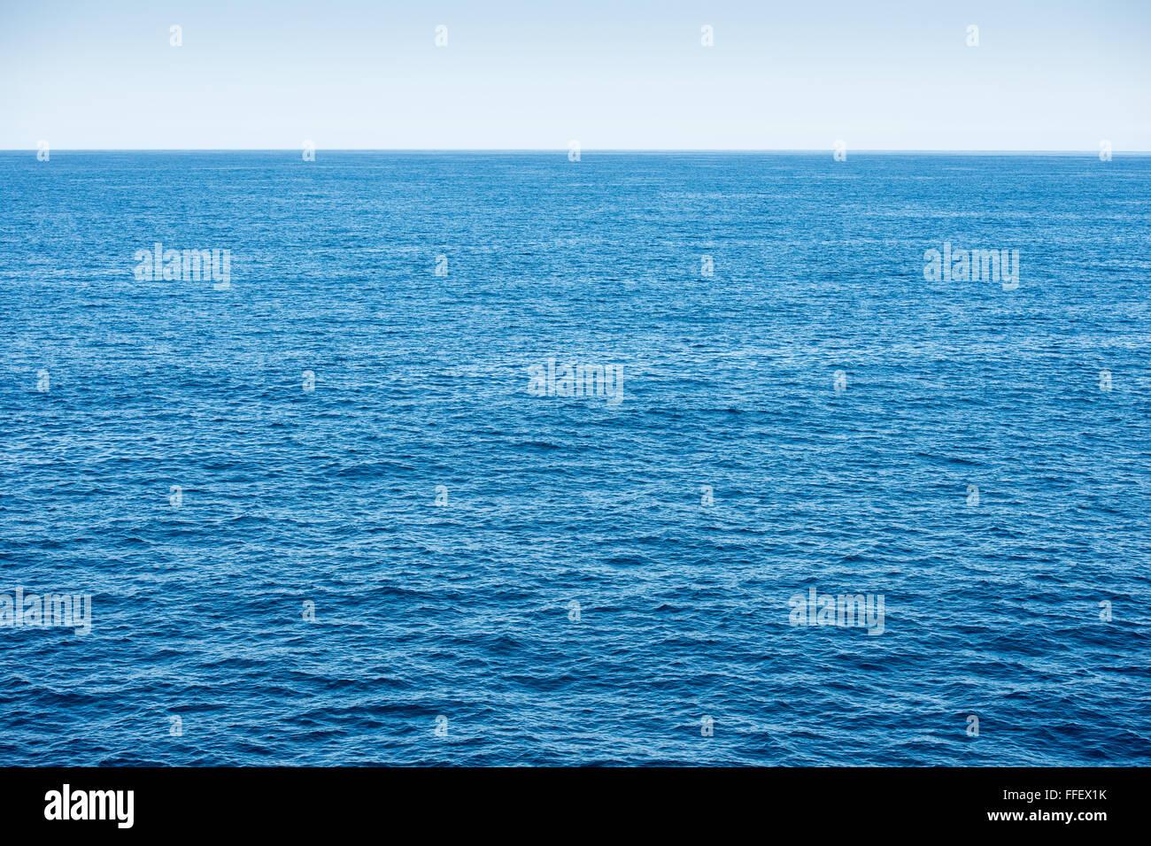 L'océan bleu avec fond bleu ciel et l'eau d'un bleu profond Photo Stock