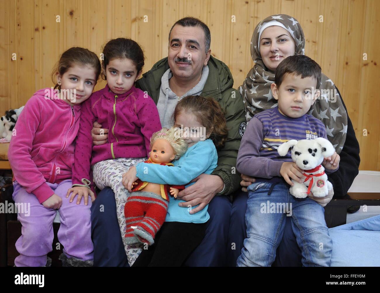 Neiden, la Norvège. 12 Février, 2016. Une grande famille dans un camp de réfugiés dans la ville Photo Stock