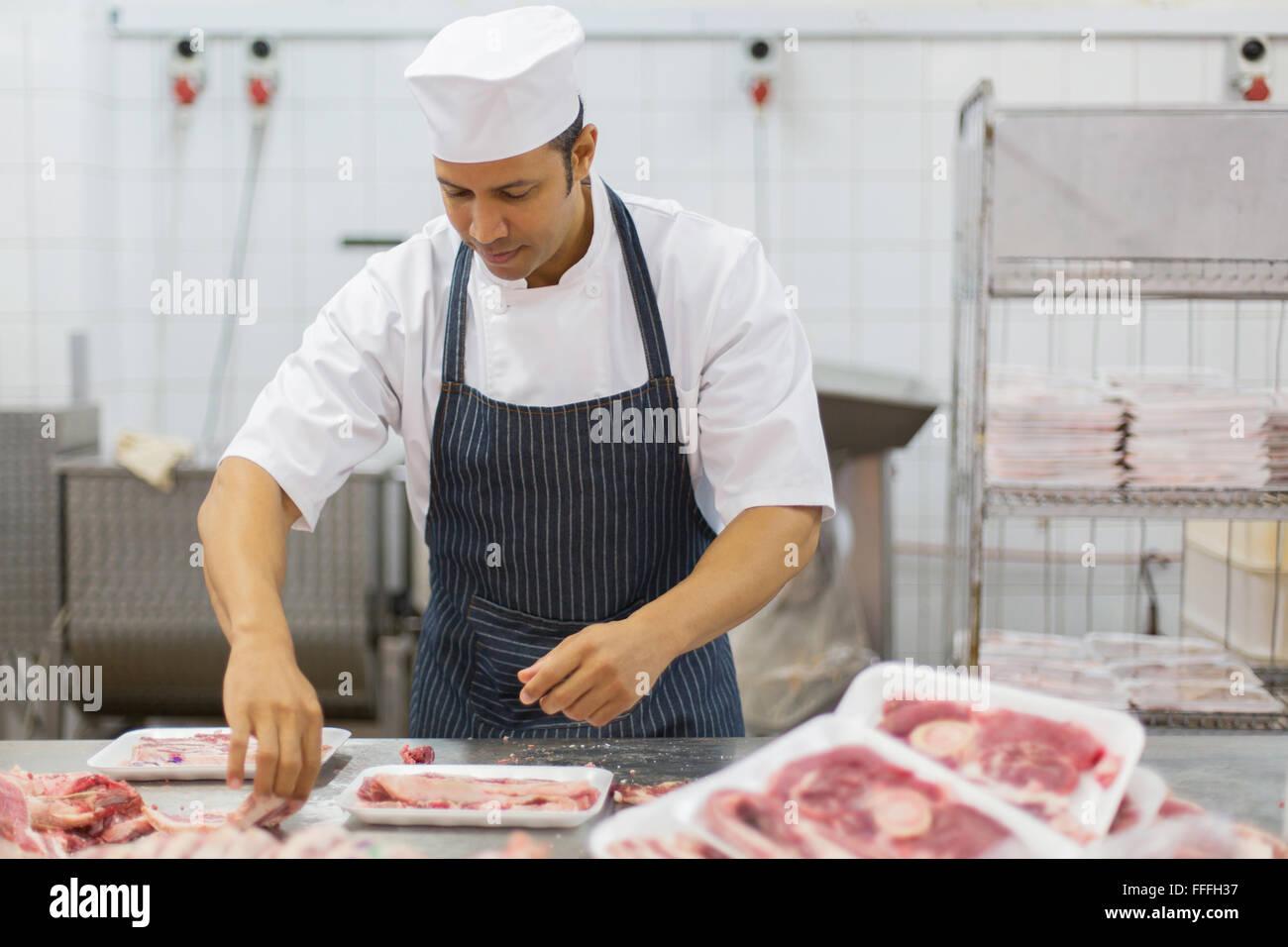 Convaincus de l'âge moyen d'emballage des pièces de viande de boucherie en boucherie Photo Stock