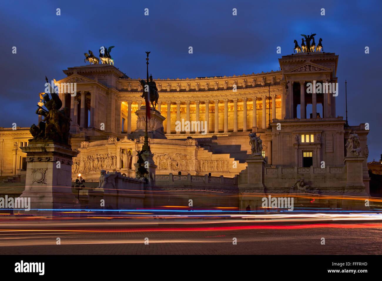 L'Italie, Lazio, Rome, Place Venezia, vue sur le Vittoriano building au crépuscule Photo Stock