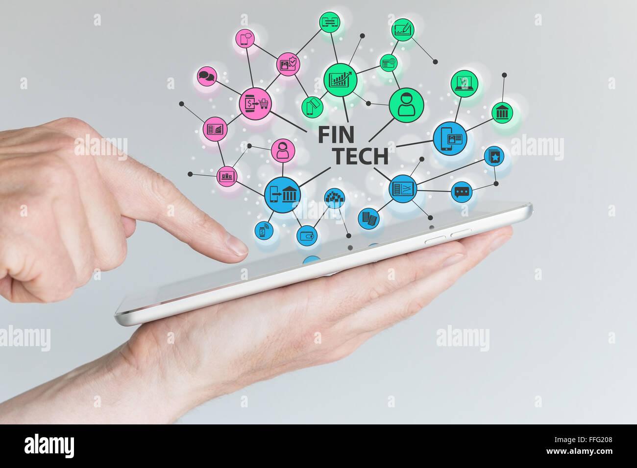 Fin Tech et l'informatique mobile concept. Hand holding tablet avec réseau de la technologie de l'information financière d'objets devant Banque D'Images