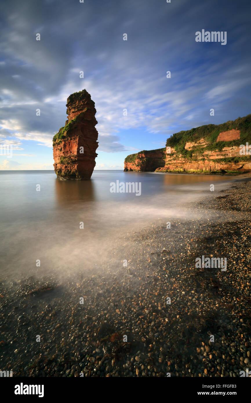 Une mer de grès à pile Ladram Bay près de Sidmouth en Afrique du l'est du Devon, baigné Photo Stock