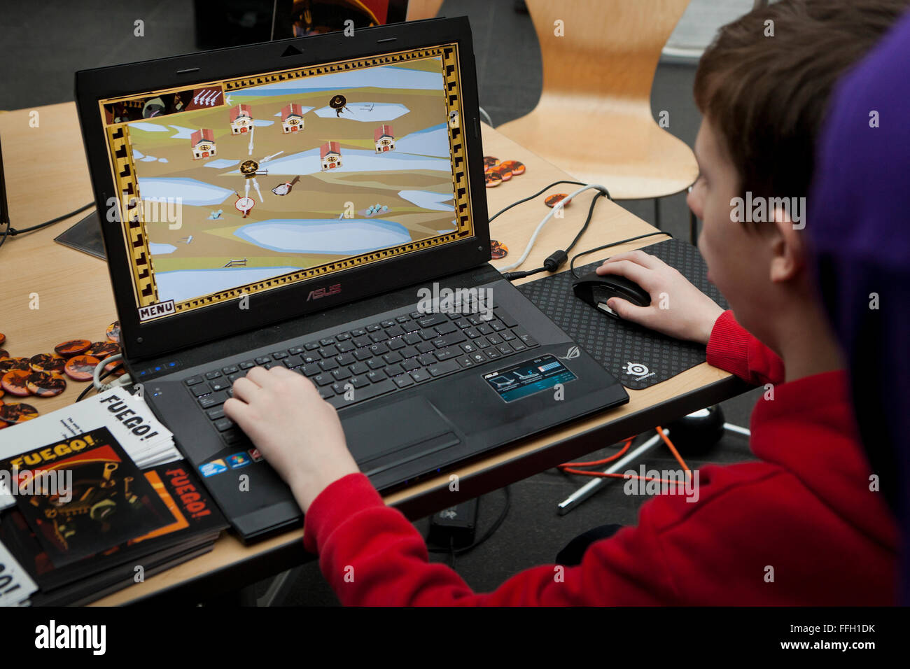 Jeune homme jouant jeu vidéo sur ordinateur portable Asus - USA Photo Stock