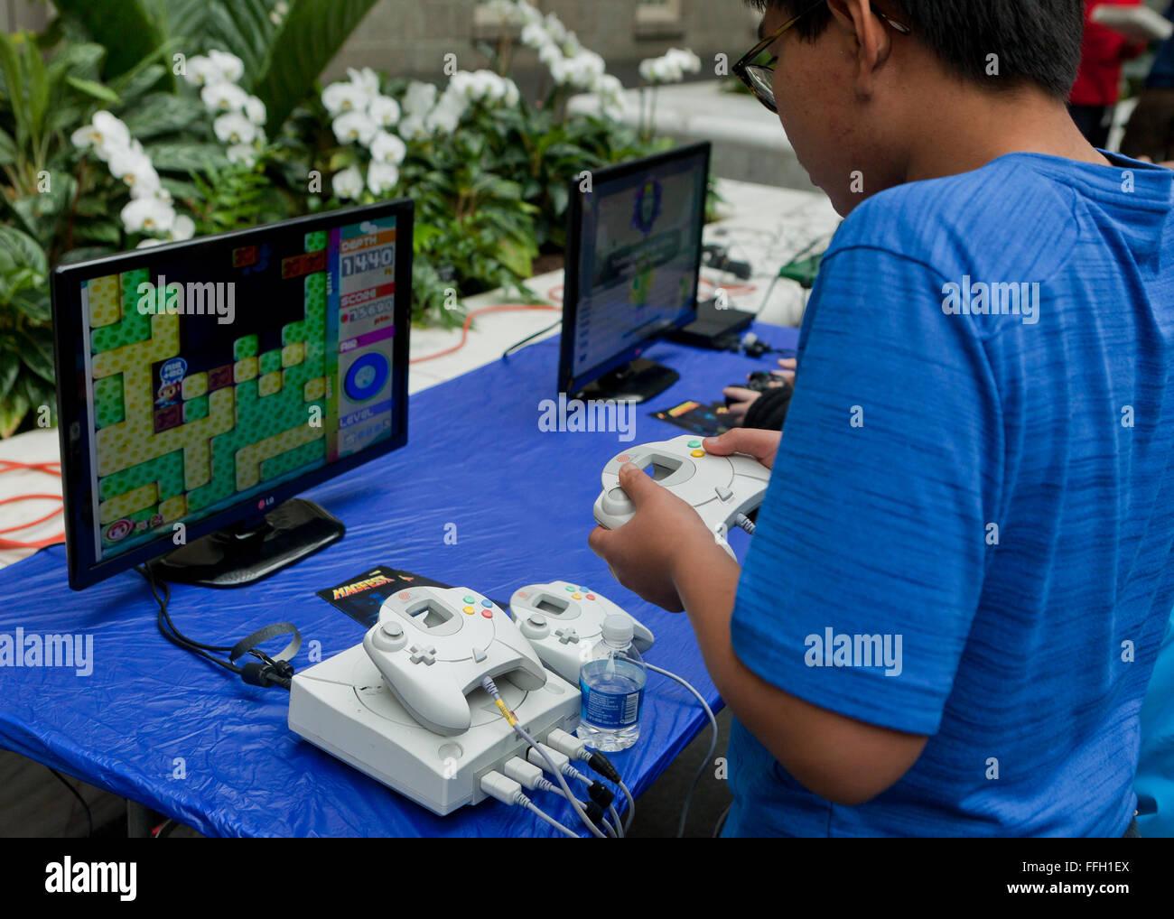 Garçon jouant un jeu vidéo sur un système Sega Dreamcast - USA Photo Stock
