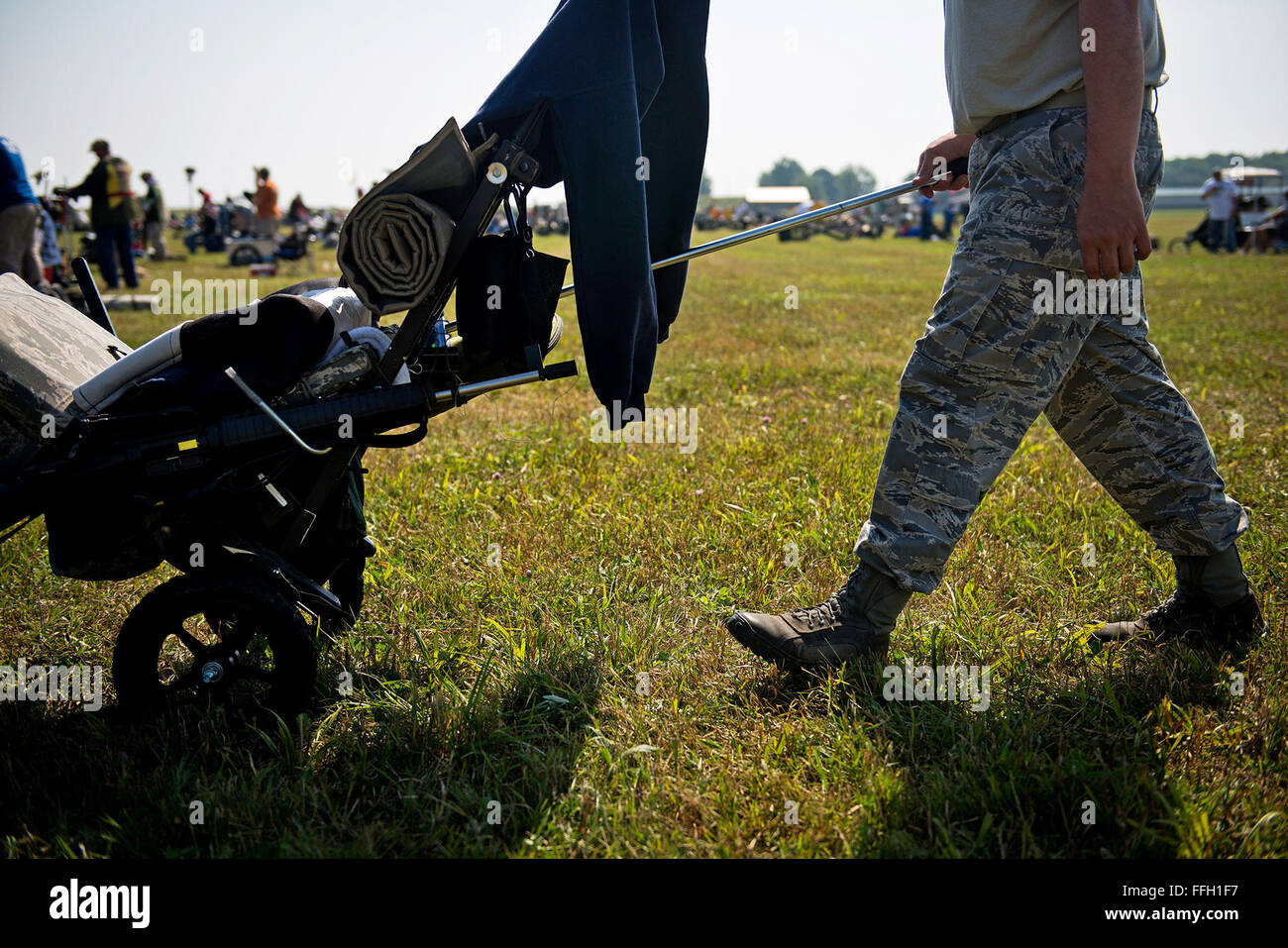 Agent spécial David Ohlinger pousse son panier vers la ligne de tir de 200 verges pour se préparer à son tour de tirer. Ohlinger utilisé différentes pièces et inhabituelle pour constituer son propre chariot, y compris dans le cadre d'une initialisation à pied de tenir son fusil. Banque D'Images