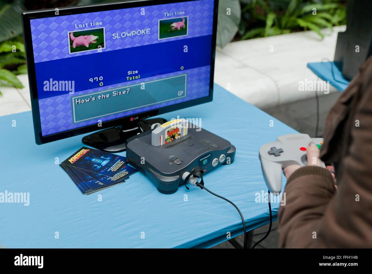 La console de jeux vidéo Nintendo 64 et joystick - USA Photo Stock