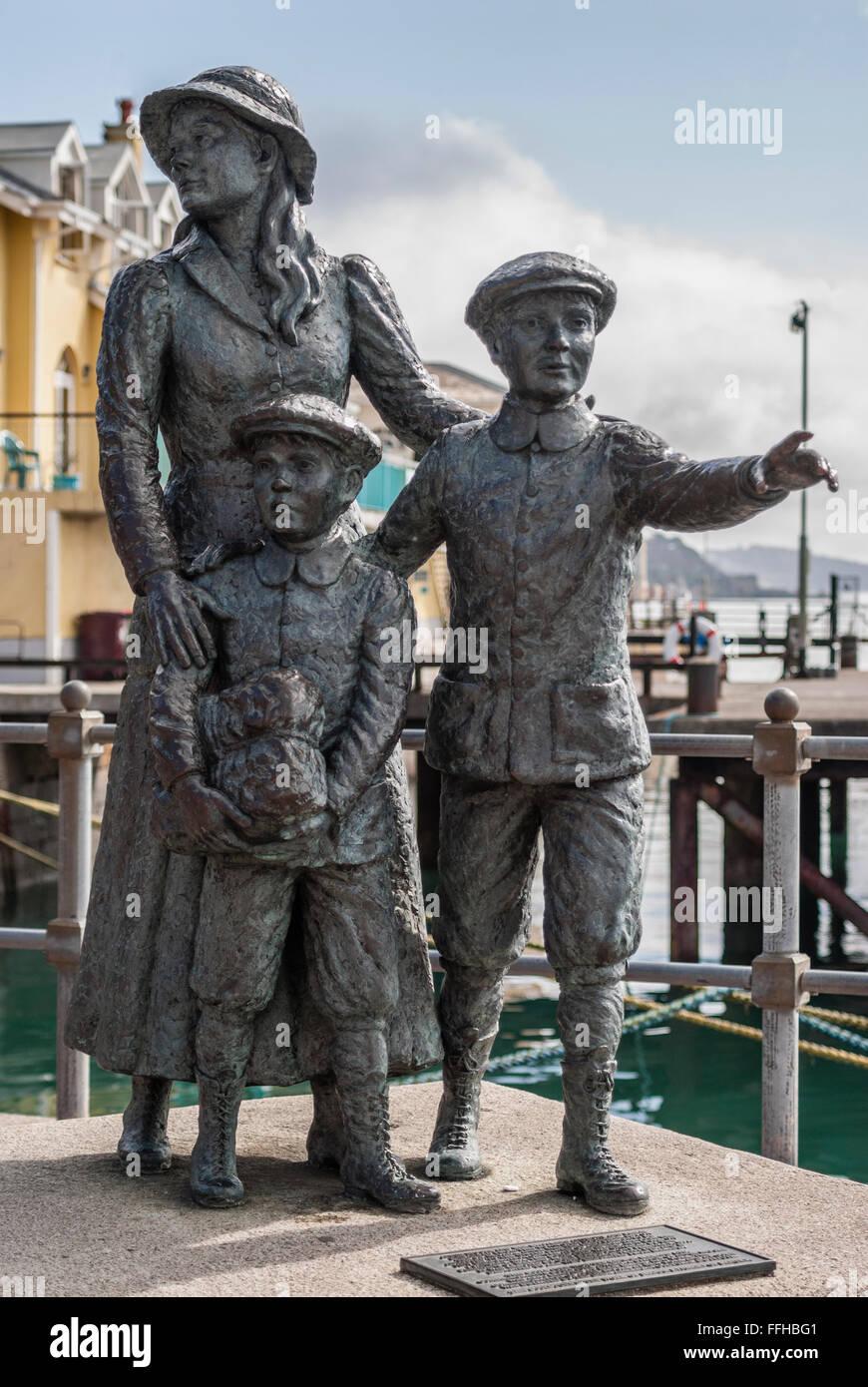 Statue d'Annie Moore, le premier immigrant aux Etats-Unis pour passer à travers l'installation d'Ellis Island, à Cobh Harbour, de l'Irlande. Banque D'Images