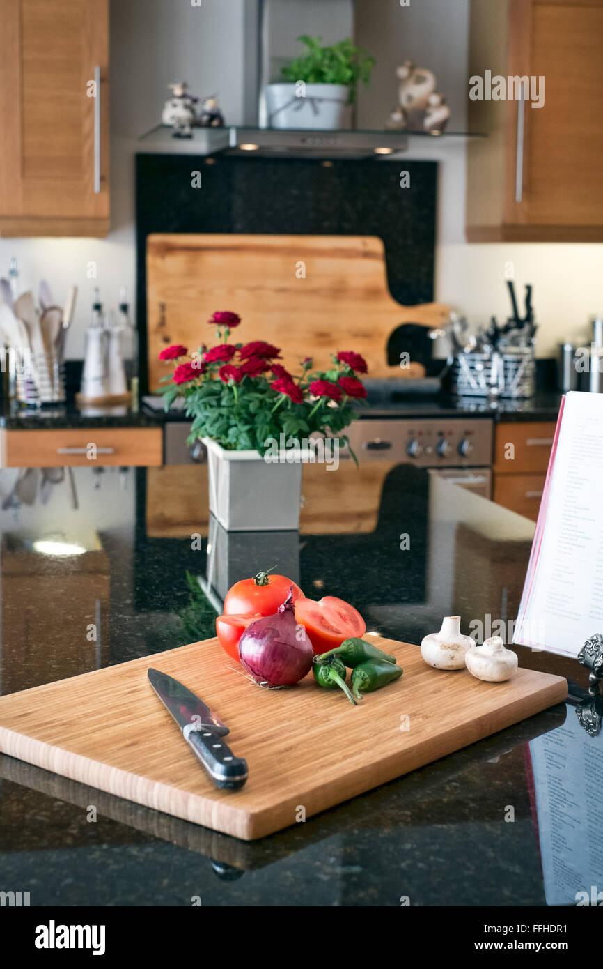 La préparation des aliments dans une cuisine domestique à l'aide d'une planche à découper, Photo Stock