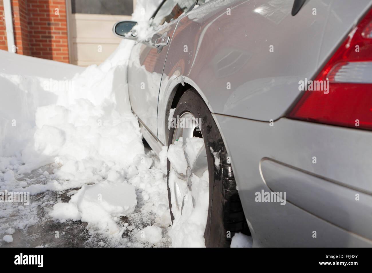 Roue de voiture recouverte de neige - Virginia USA Banque D'Images
