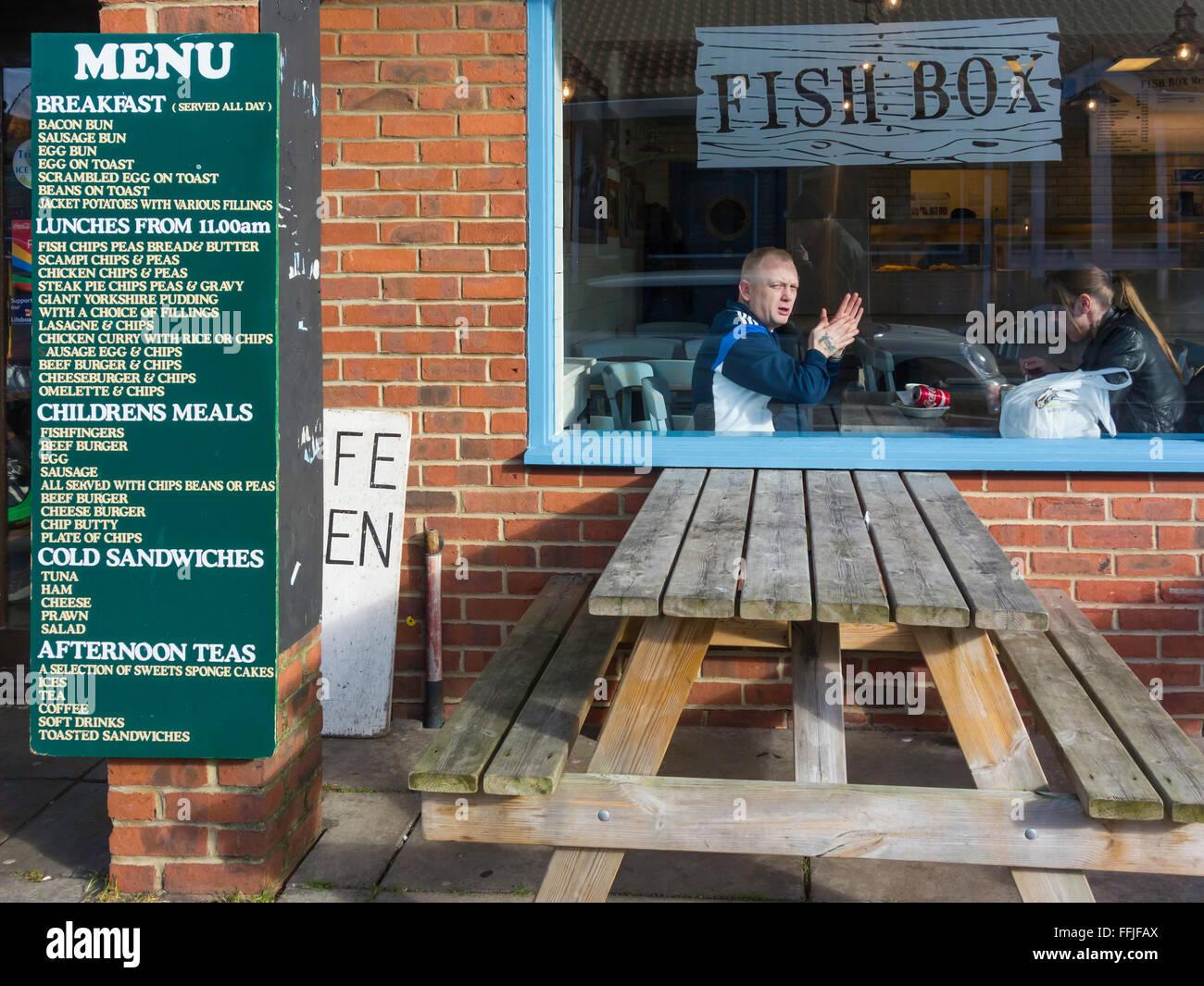 Boîte de poisson menu café restaurant Whitby North Yorkshire Angleterre  Photo Stock 5aff4fd45e60