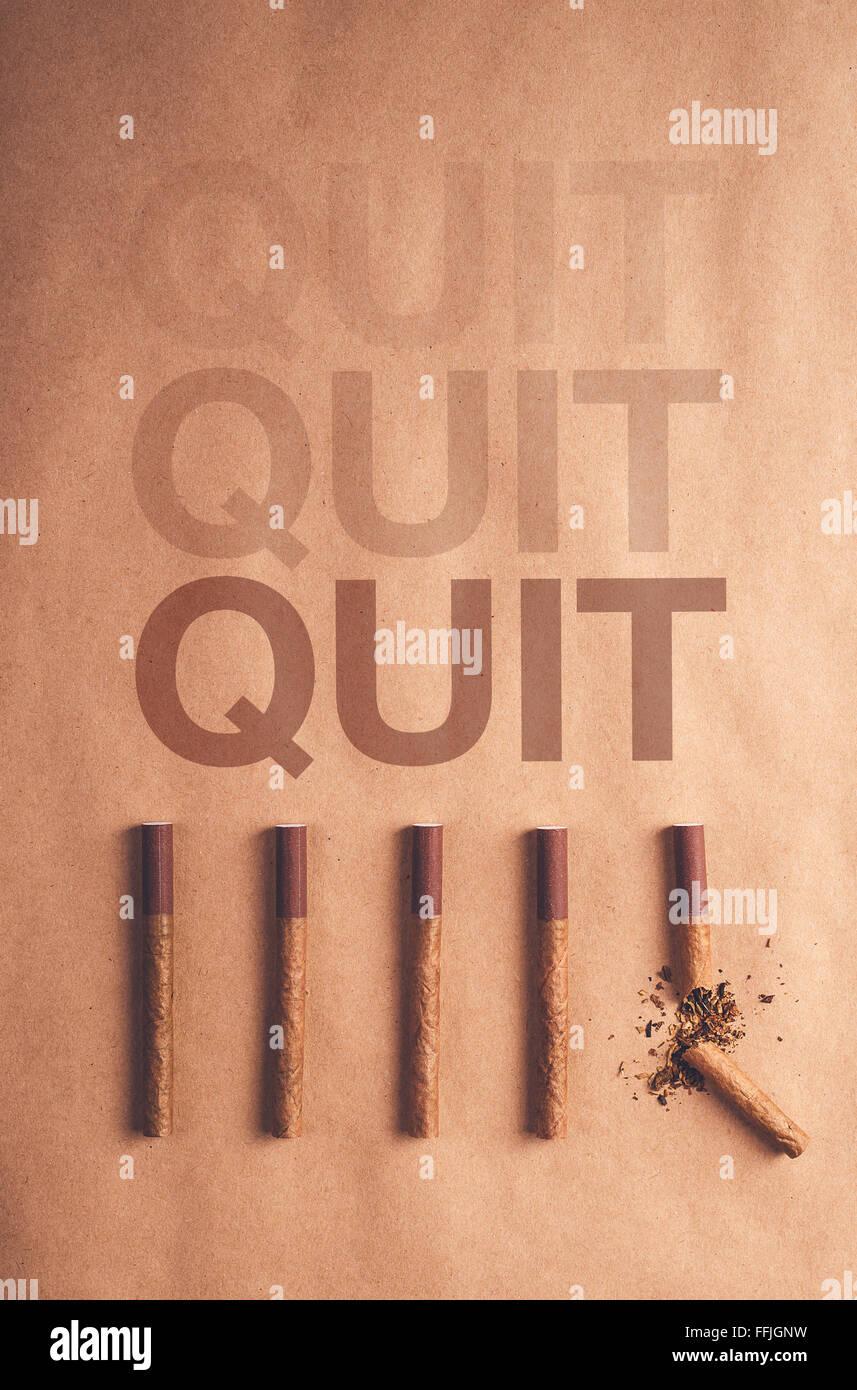Cesser de fumer, concept de mise à plat avec des cigarettes a organisé un à la fin de la décision Photo Stock