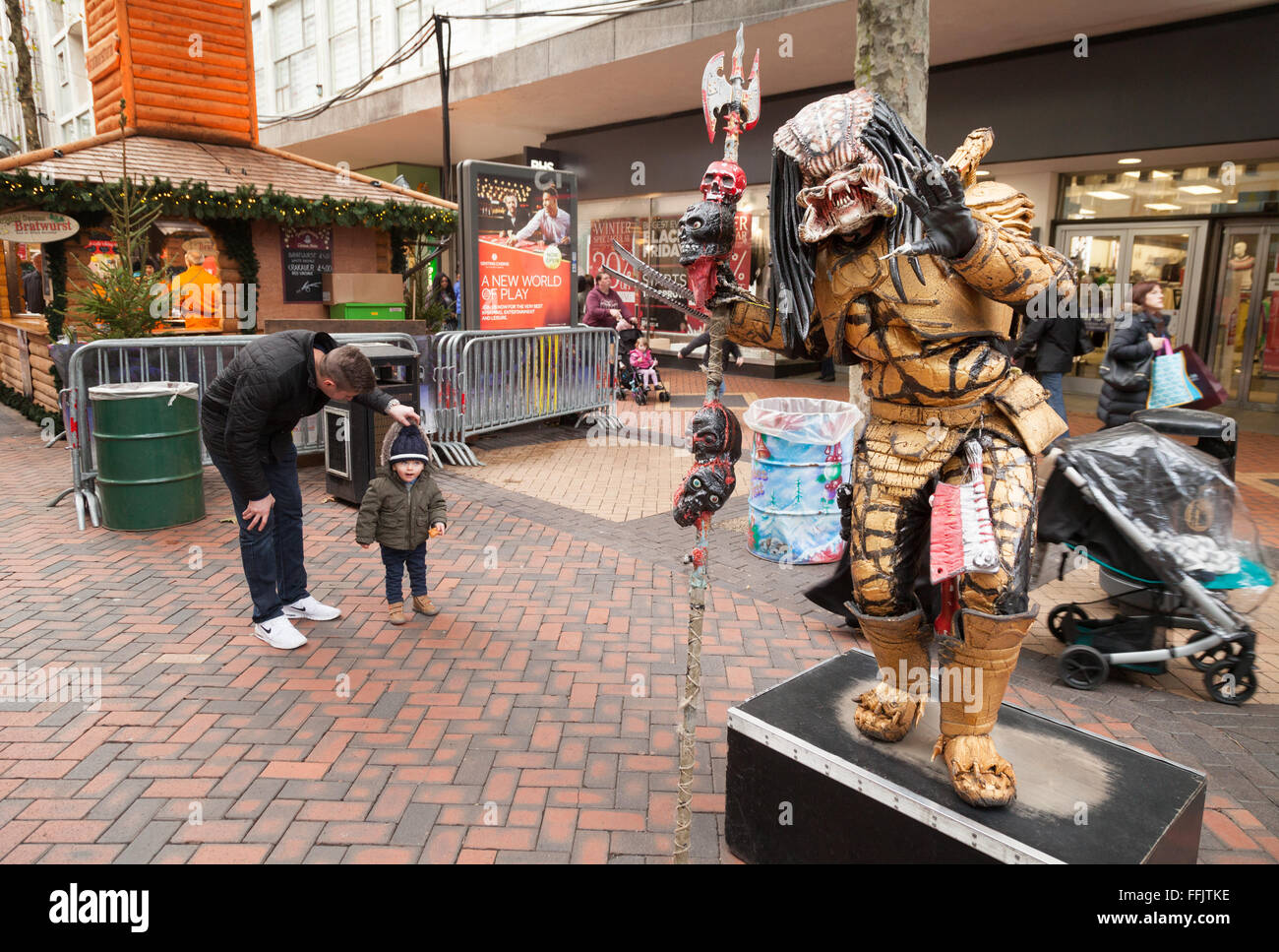 Artiste de rue dans un costume d'alien Predator, New Street, Birmingham UK Photo Stock