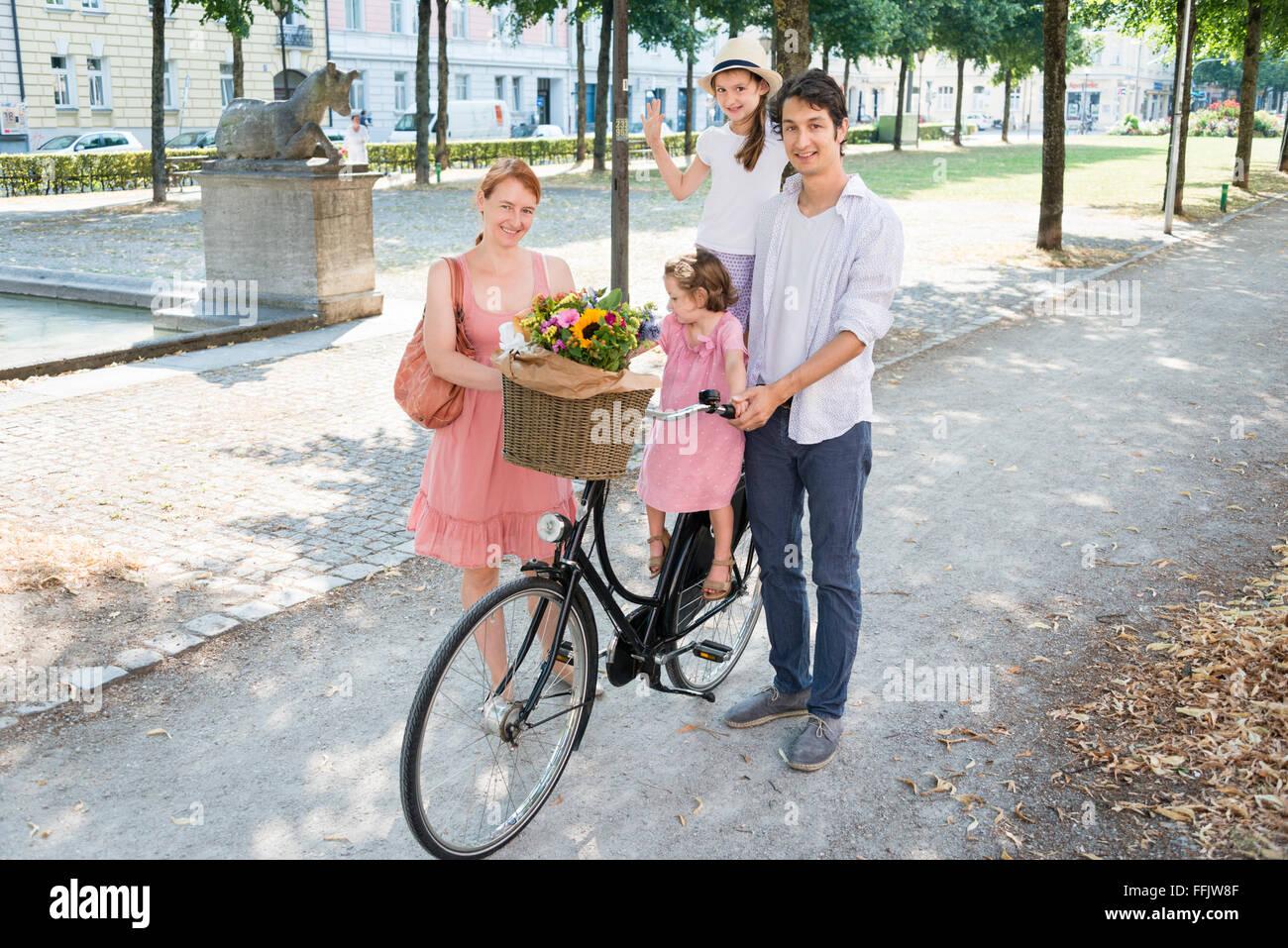 Famille avec deux enfants et location Photo Stock