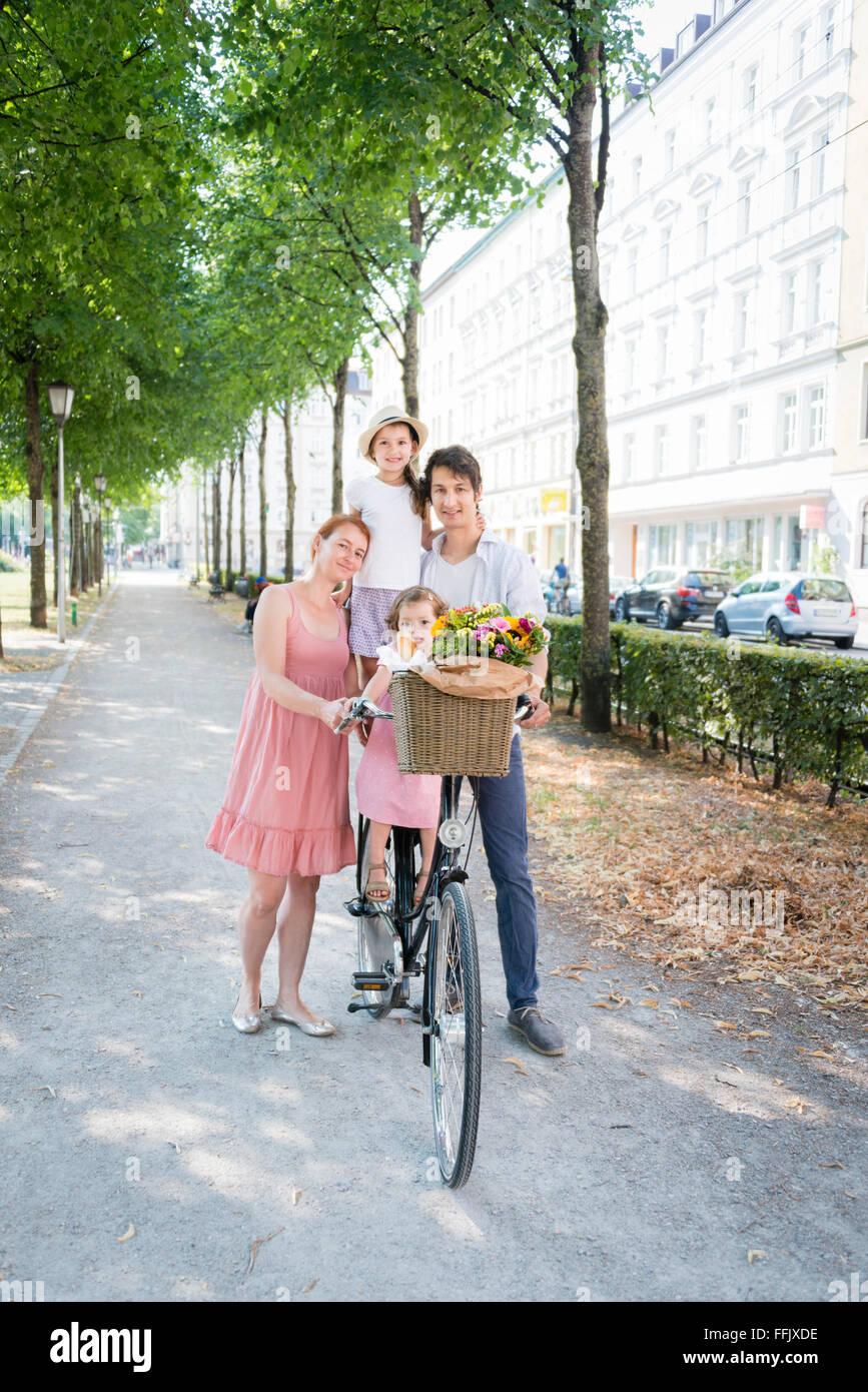 Famille avec deux enfants poussant location en ville Photo Stock
