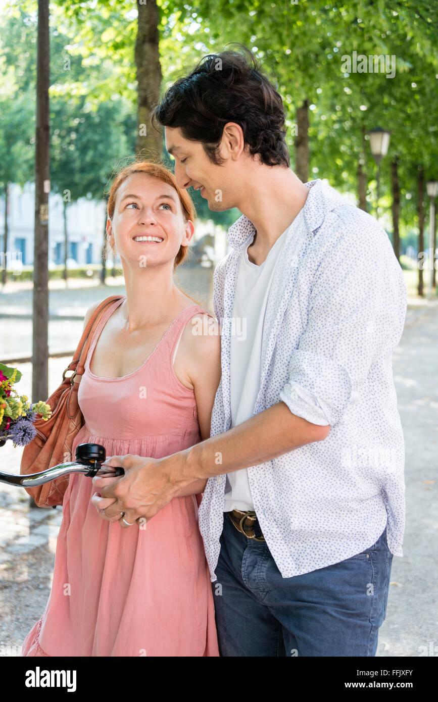 Couple tomber en amour en été Photo Stock