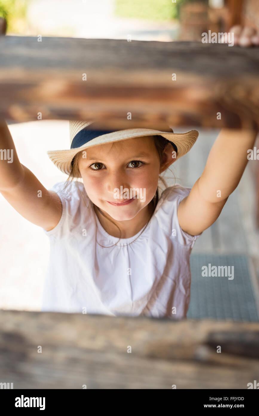 Portrait de petite fille avec chapeau de soleil Photo Stock