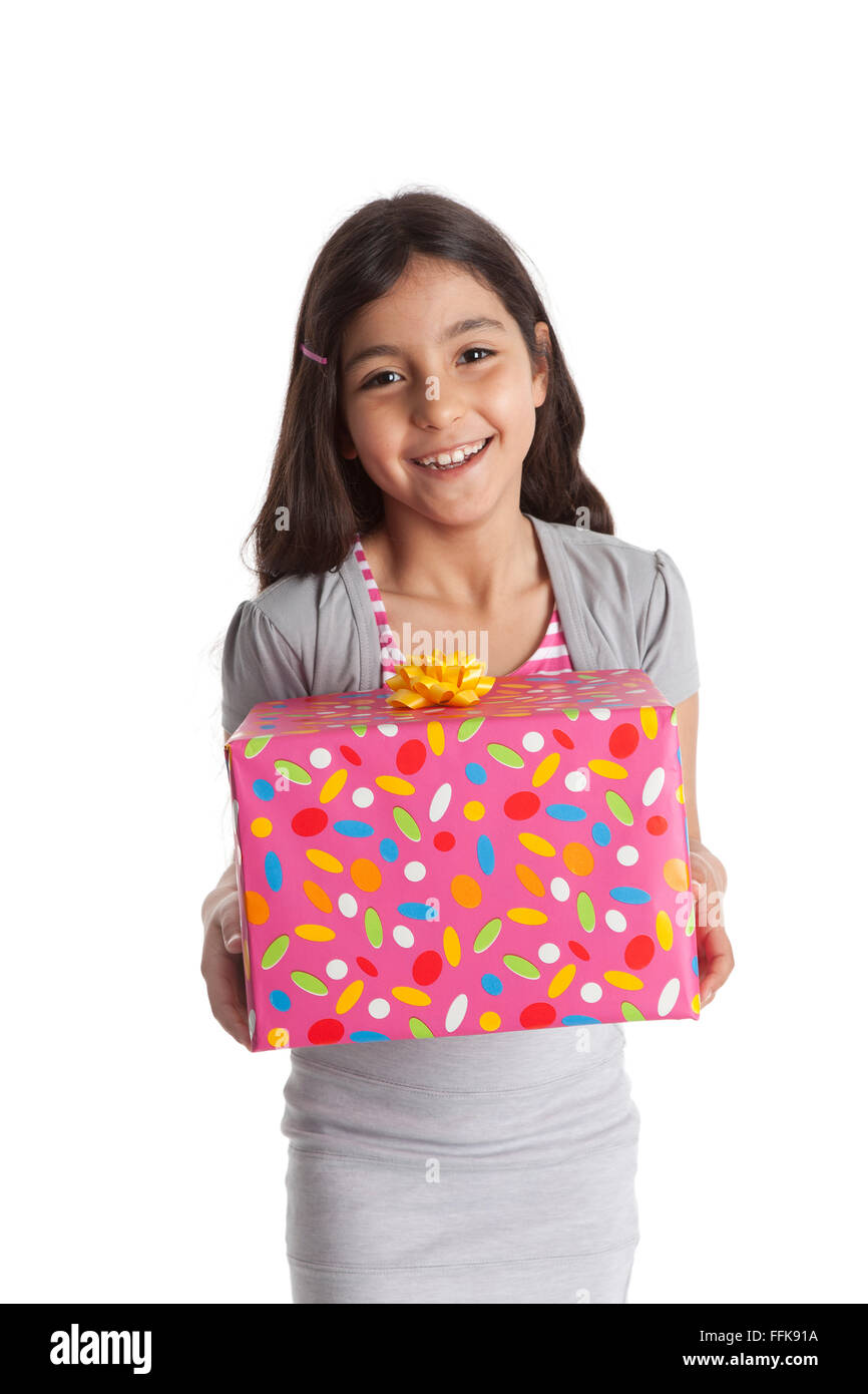 Happy girl transportant un cadeau sur fond blanc Photo Stock