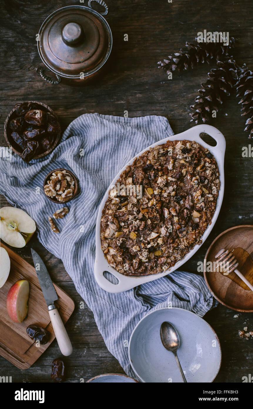 Gruau cuit avec des pommes, des dates, des bananes, et la noix est juste de sortir du four, sur le point d'être Photo Stock