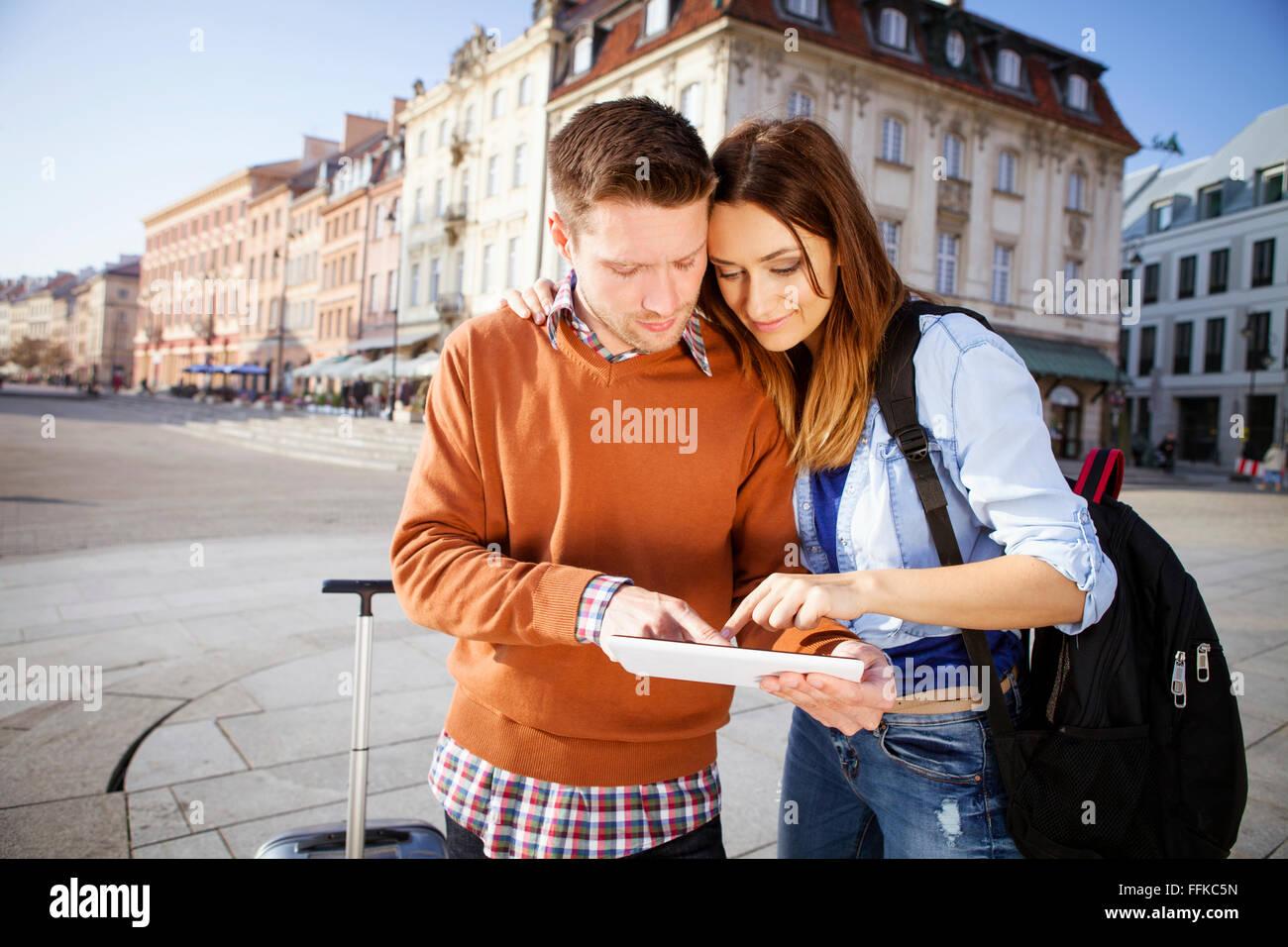 Couple sur un séjour en ville using digital tablet Photo Stock