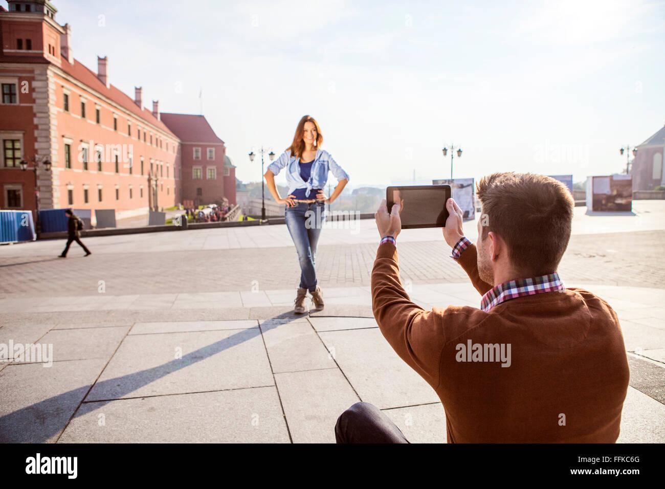 Mid adult man de prendre une photo de votre petite amie Photo Stock