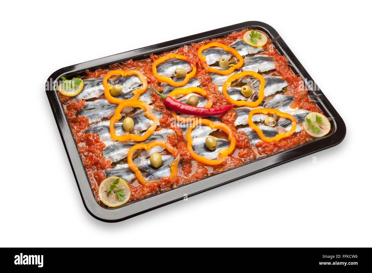 Sardine recette plat traditionnel Marocain avec des olives, Poivrons et piments rouges sur fond blanc Photo Stock