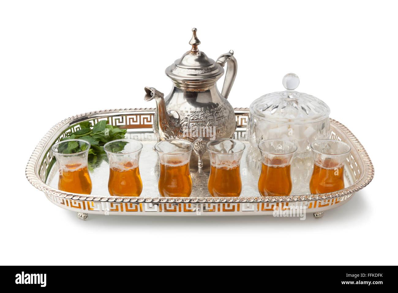 Plateau avec thé à la menthe marocain traditionnel sur fond blanc Photo Stock