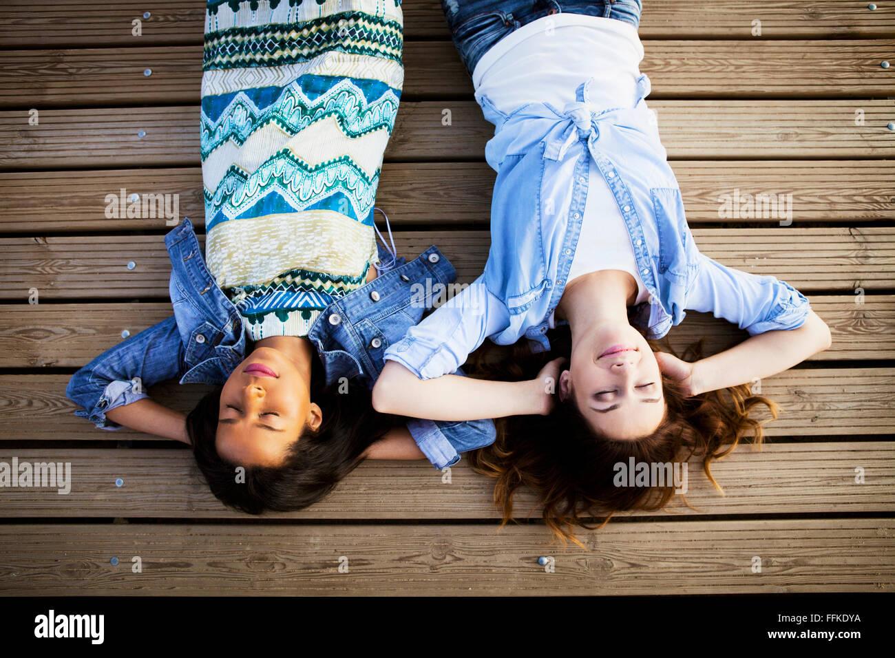 Deux femmes allongé sur le dos avec les yeux fermés Photo Stock