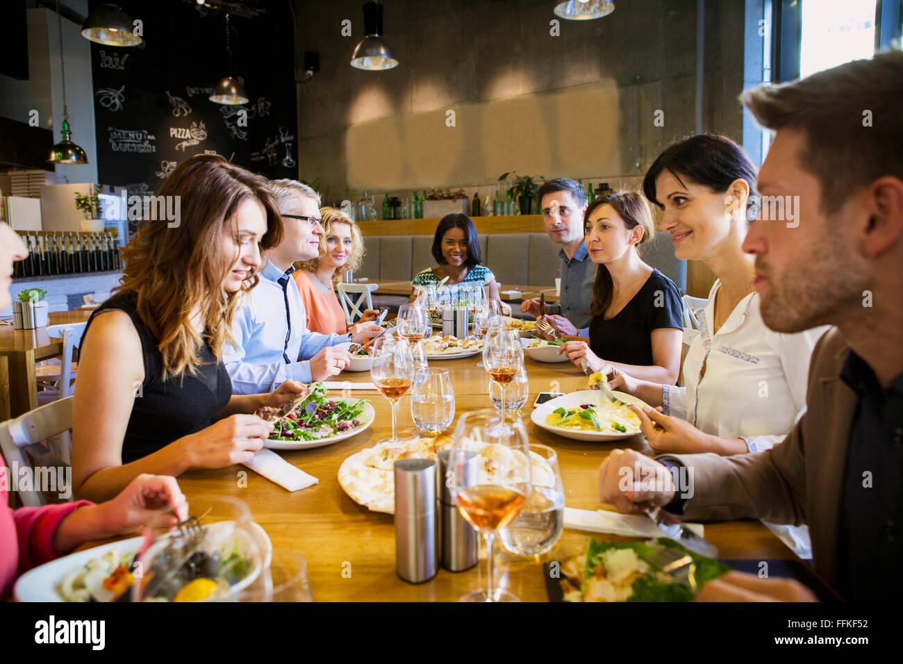 Groupe d'amis pour dîner au restaurant Photo Stock