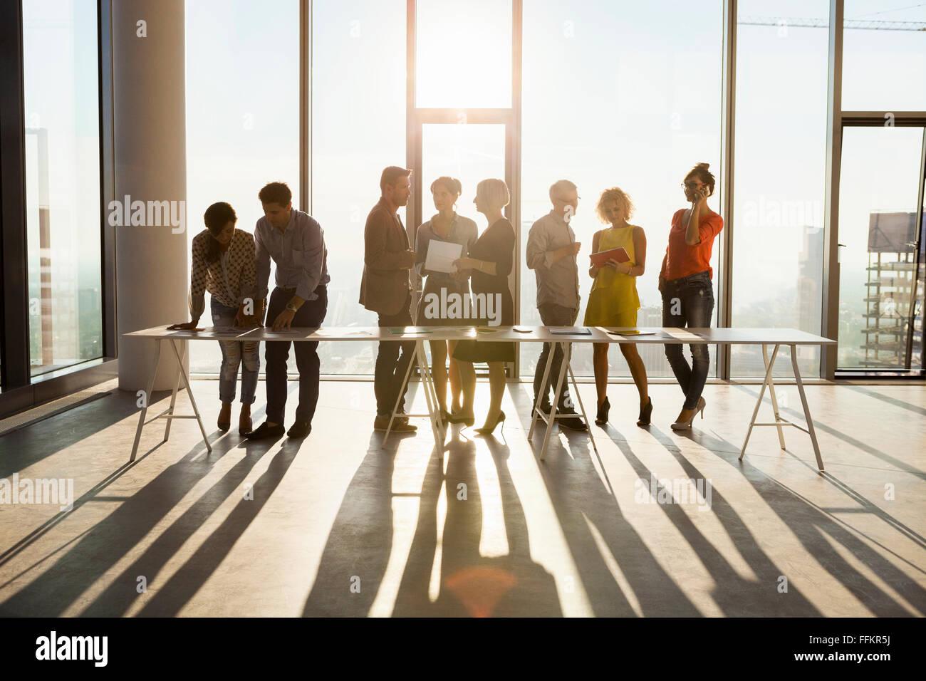 Équipe d'architectes en réunion d'affaires à l'horizon urbain Photo Stock