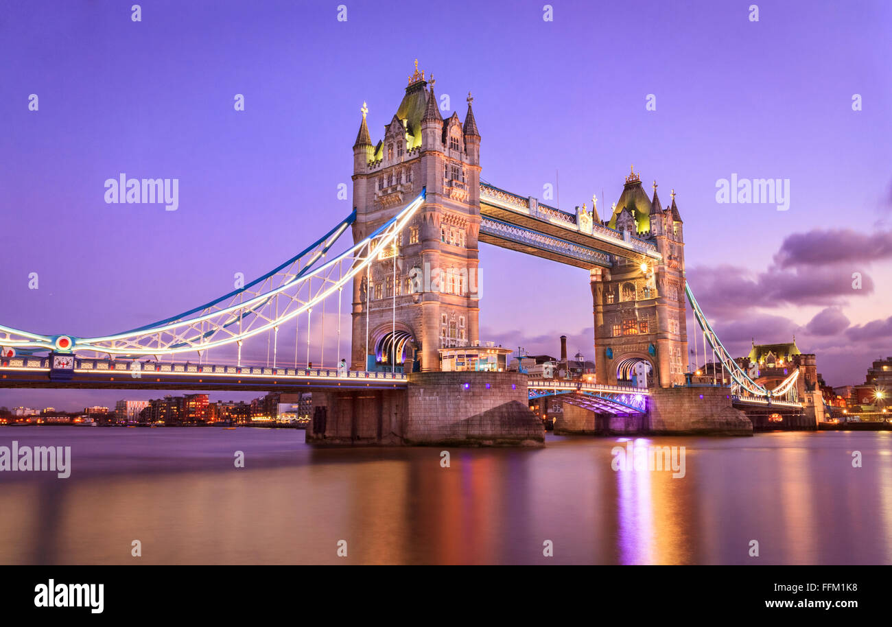 London Tower Bridge au coucher du soleil Photo Stock