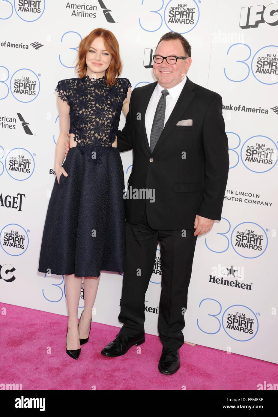 L'actrice Emma Stone (L) et le père Jeff Stone arrivent à la Film Independent Spirit Awards 2015 le Photo Stock