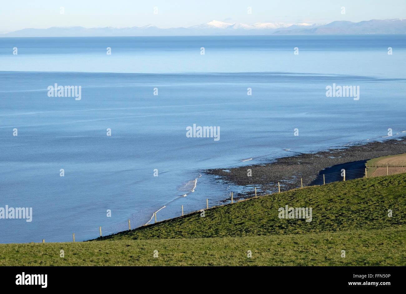 Eaux de la Baie de Cardigan, prises à partir de juste au sud de Llanon. Cader Idris sur l'horizon lointain. Photo Stock