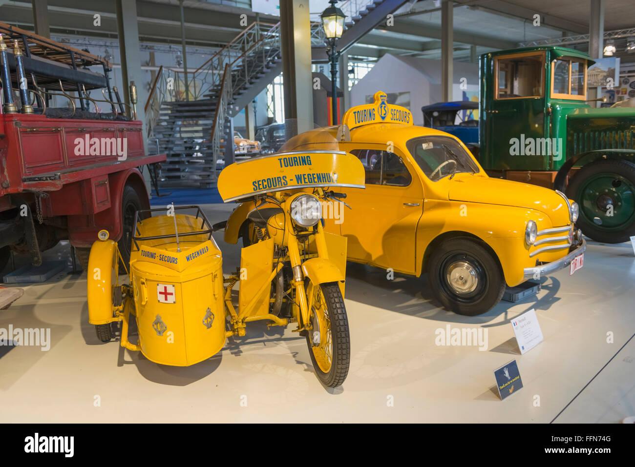 Vieux véhicules historiques sur l'affichage en musée Autoworld, Bruxelles, Belgique, Europe Photo Stock