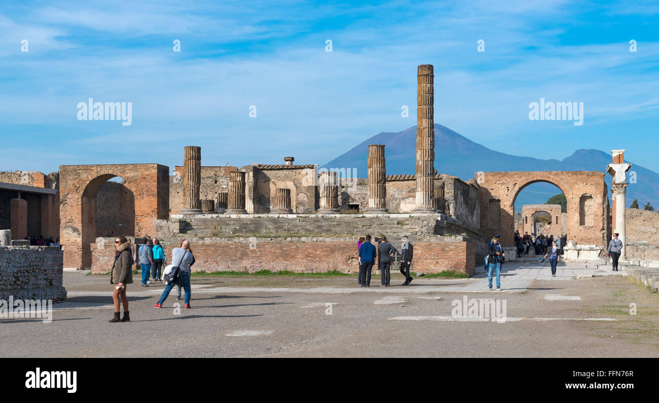 Les touristes à Pompéi l'Italie avec le Vésuve Photo Stock