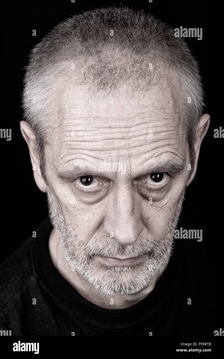 portrait-dun-homme-adulte-avec-un-regard-inquisiteur-ffr8tb.jpg