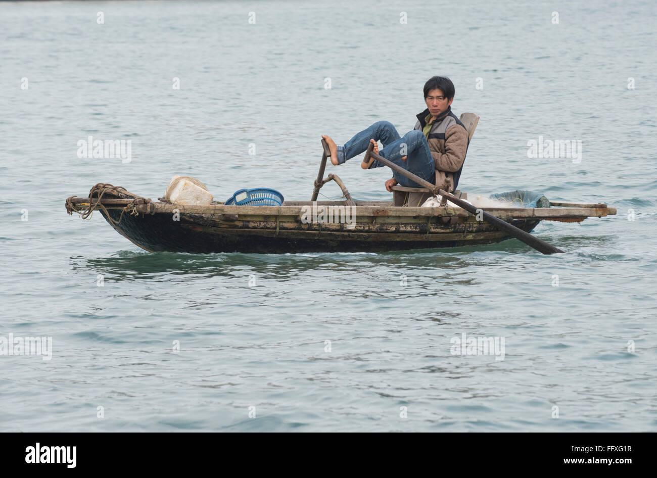 Un petit bateau à rames pour la pêche et le transport, l'homme en utilisant traditionnellement ses Photo Stock