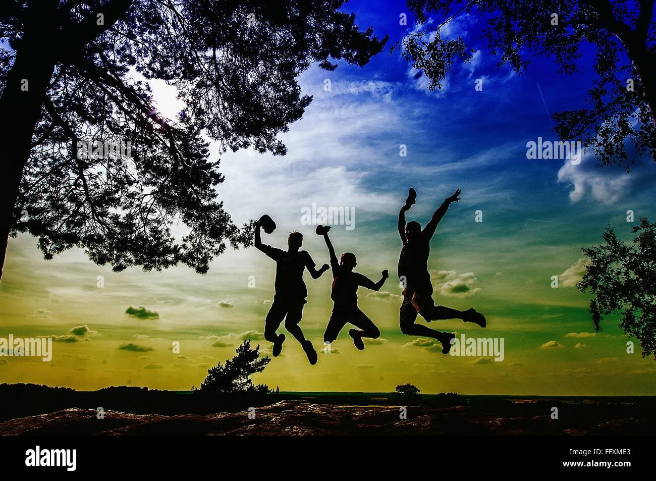 Les gens Silhouette sautant sur Paysage Photo Stock