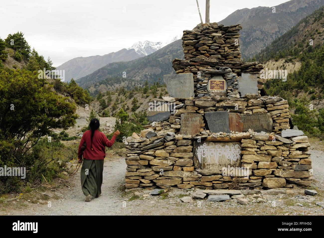 Structure en pierre; femme adorant Braka; Népal Photo Stock
