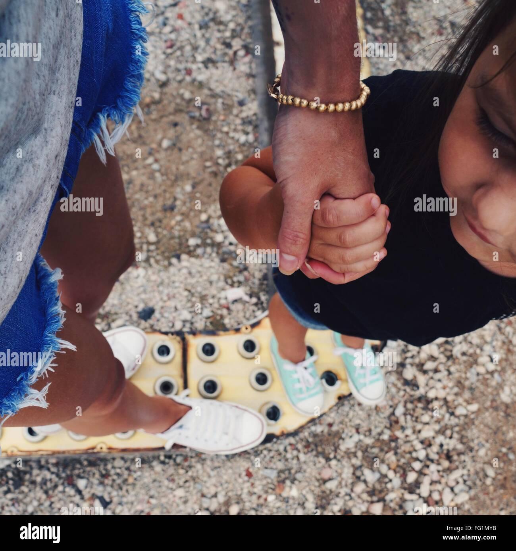 Cropped mère tenant la main de sa fille Photo Stock