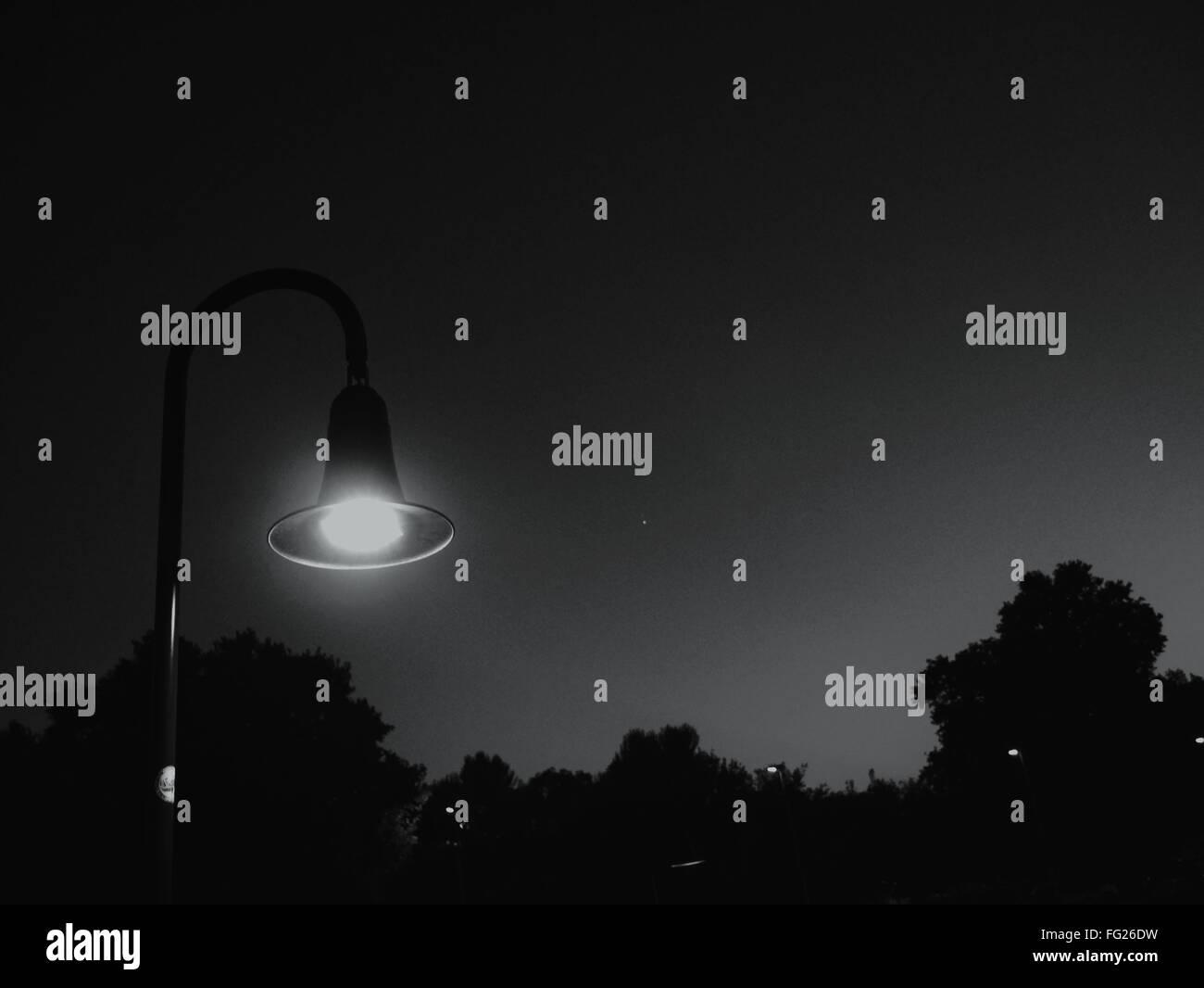 Rue illuminée de lumière la nuit. Photo Stock