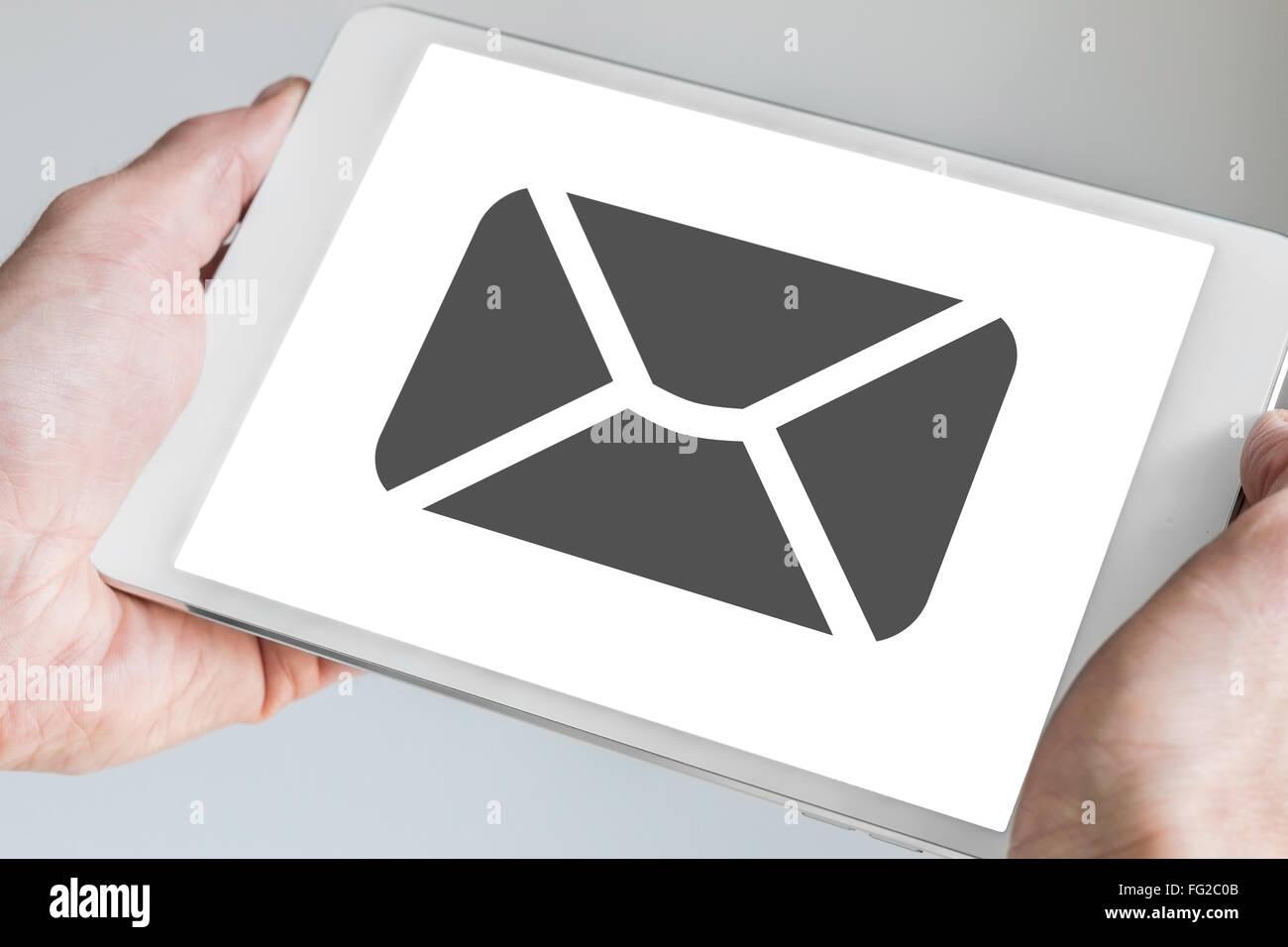 Mobile e-mail et de messagerie affiche sur l'écran tactile du concept moderne de tablet tenue à deux Photo Stock
