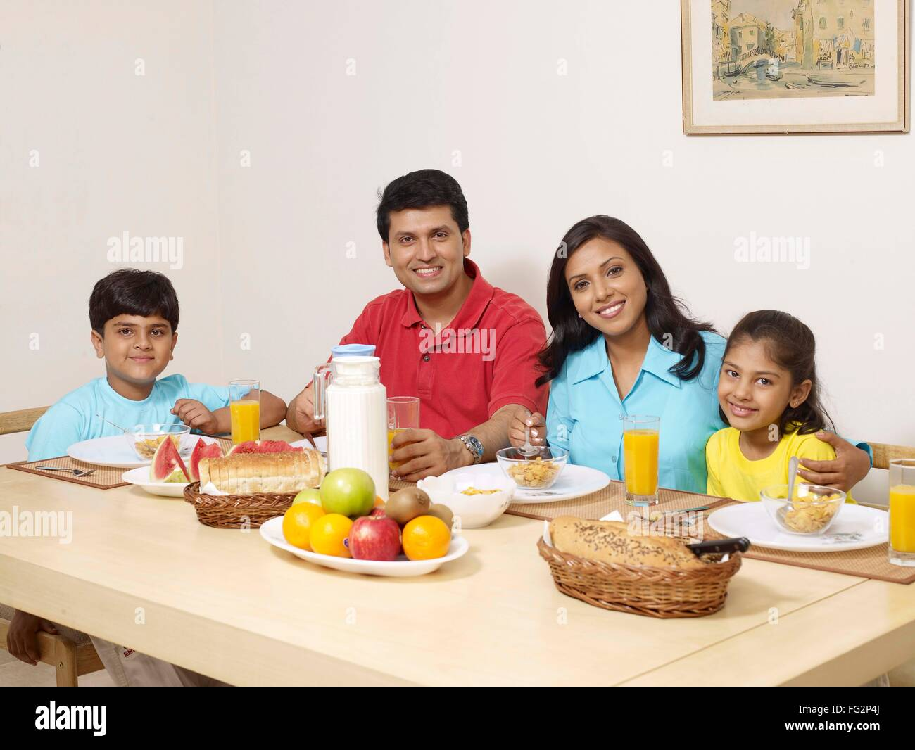 manger avec à table parents des sur une assis Les enfants 7mfgy6vIYb