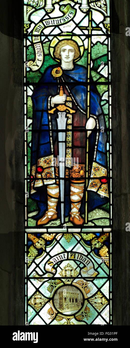 Saint Alban avec épée, vitrail par J. Powell & fils, 1900, Blakeney, Norfolk, Angleterre, Royaume Photo Stock