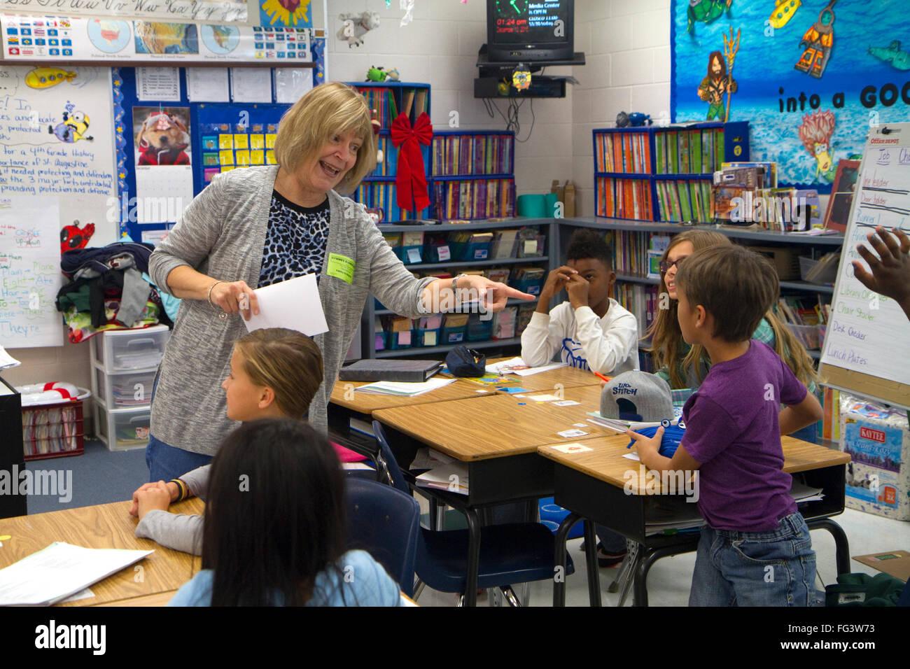 Dans l'enseignant en classe avec les élèves de 4 e année, aux États-Unis. Photo Stock