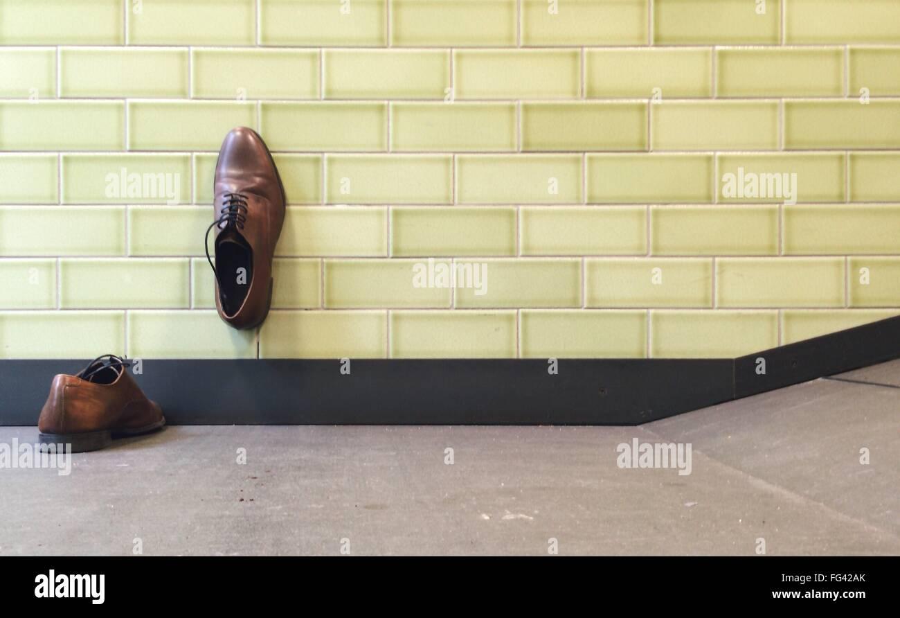 Plan de soulier sur le plancher et le mur Photo Stock
